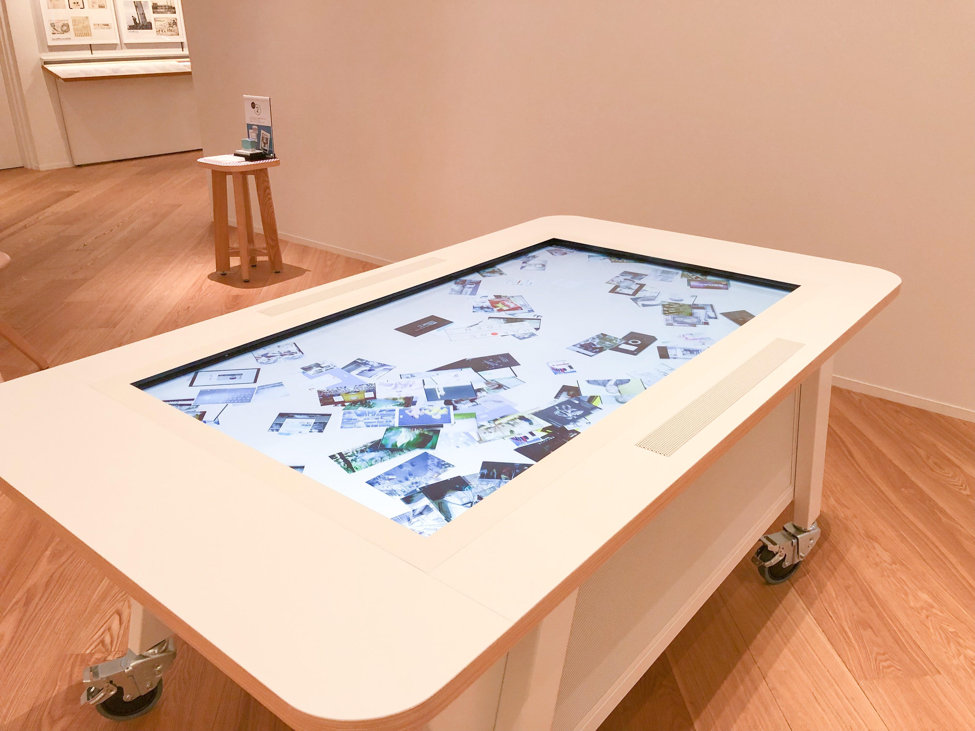 タッチして楽しめる巨大なデジタルテーブル