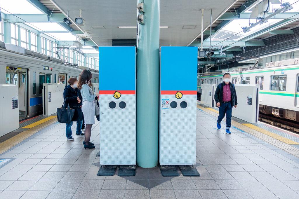 登戸駅のドラえもんカラーをしたゴミ箱